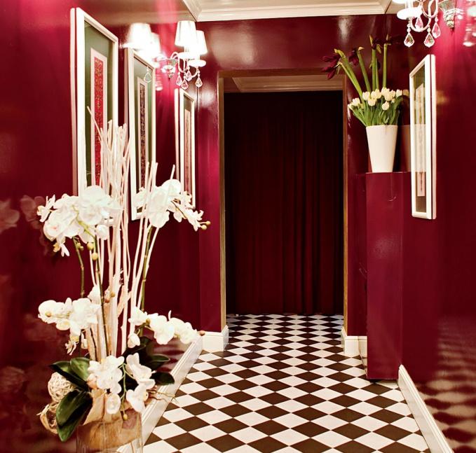Бордовый коридор